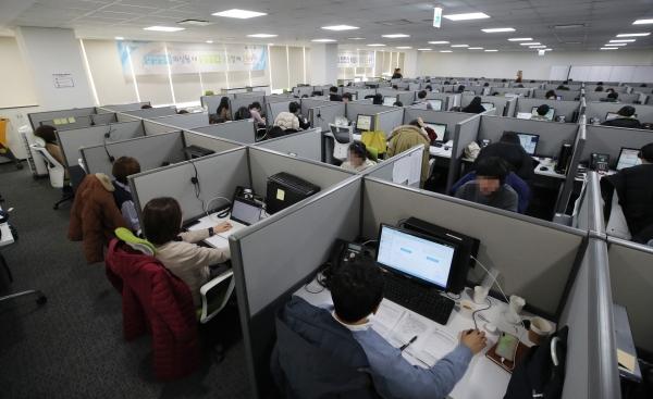 2월 11일 서울 영등포구 질병관리본부 1339콜센터에서 상담원들이 상담업무를 보는 모습. 콜센터 상담원은 고객과 정확하게 대화를 해야 하기 때문에 마스크를 쓰기 어려운 상황이다. ©사진공동취재단·뉴시스