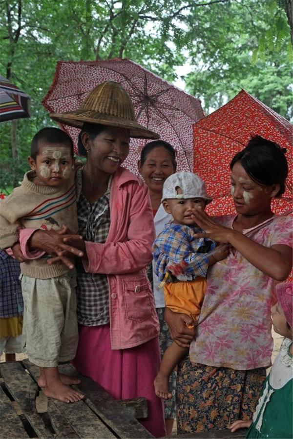 얼굴에 타나카를 바른 타웅뛴지 마을 사람들. ©조용경