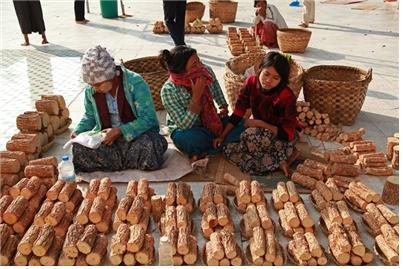 사가잉 주 몽유와의 거리에서 따나카 나무를 파는 여인들. ©조용경
