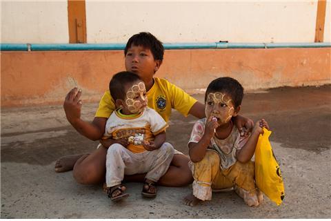 만달레이의 수도원에서 구걸하는 어린 삼형제. ©조용경