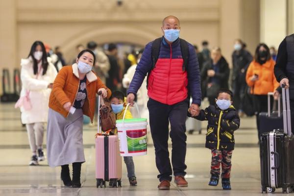 21일(현지시간) 중국 후베이성 우한의 한커우 기차역에서 마스크를 쓴 한 가족이 짐을 끌며 역을 나서고 있다. 미국 질병통제예방센터(CDC)는 중국을 방문한 30대 남성이 신종 코로나바이러스 확진 판정을 받은 뒤 미국 시애틀 내 병원에서 격리 치료 중이며 현재 상태는 양호하다고 발표했다. 이는 미국에서 발발한 첫 우한 폐렴 감염 사례다. ⓒ뉴시스·여성신문