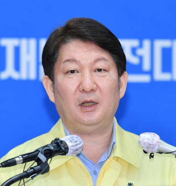 권영진대구시장이 13일 코로나19 대응 관련 대구광역시 재난안전대책본부 정례브리핑을 하고있다.
