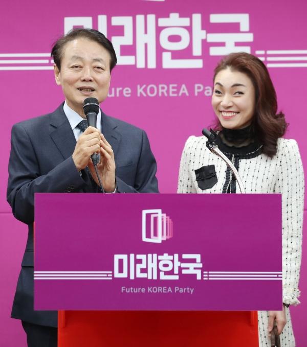 지난 11일 영입인재 소개하는 한선교 대표<br>