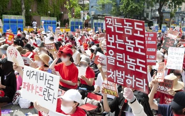 2018년 7월 7일 서울 종로구 대학로에서 3차 불법촬영 편파수사 규탄시위 '불편한 용기'가 열려 참가자들이 피켓을 들고 피해자의 성별에 따른 차별 없는 동등한 수사와 처벌을 촉구하는 구호를 외치고 있다. ©여성신문