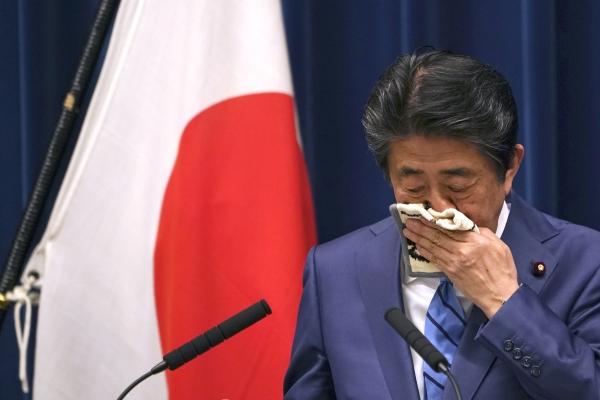 아베 신조 일본 총리가 지난 14일 기자회견 도중 손수건으로 얼굴을 닦고 있다. ⓒ뉴시스·여성신문