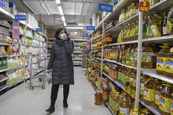 16일 중국 베이징의 한 마트에서 마스크를 쓴 고객이 상품을 둘러보고 있다. ⓒ뉴시스·여성신문