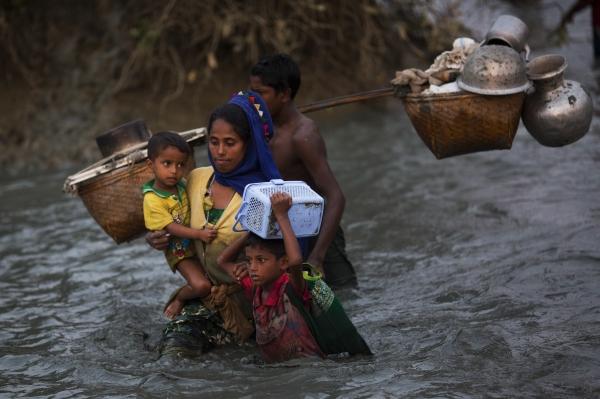 방글라데시로 가기 위해 이슬람 소수민족 로힝야 가족이 가재도구를 챙겨 강을 넘고 있다. 사진은 지난 2017년 1월 방글라데시 팔롱 카일 인근에서 촬영된 로힝야 가족 모습. ©AP/뉴시스