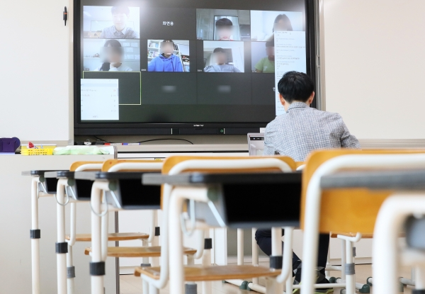초등학교와 중학교, 고등학교의 추가 개학 연기 여부가 31일 발표될 것으로 알려진 30일 오후 세종시 다정동의 한 초등학교에서 선생님이 집에 있는 학생들과 온라인 원격수업을 테스트 하고 있다. ⓒ뉴시스·여성신문
