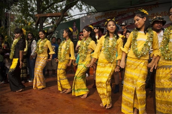 만달레이 왕궁 앞 무대에서 춤추는 무희들. ©조용경