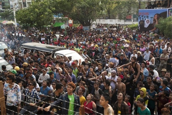 유명 가수의 공연을 보기 위해 무대 앞을 가득 메운 사람들. ©조용경