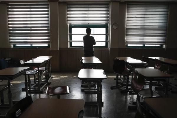 신종 코로나바이러스 감염증(코로나19)의 여파로 2021학년도 대학수학능력시험이 2주 연기된 31일 오후 서울 종로구 대신고등학교에서 고3 담임선생님이 빈 교실에서 창밖을 바라보고 있다. ⓒ뉴시스·여성신문
