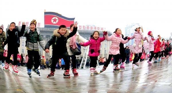지난해 2월 정월대보름에 평양 어린이들이 김일성광장에서 인라인 스케이트를 타며 즐거워 하고 있다. 최근 인라인 스케이트를 타는 것이 북한의 새로운 풍속도로 등장했다. 사진=평화경제연구소 제공