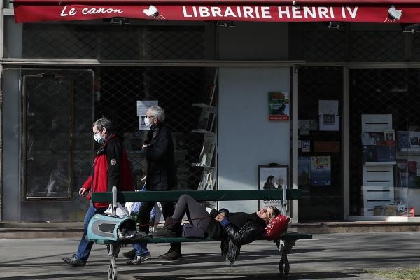 지난달 31일(현지시간) 프랑스 정부가 집에만 있으라는 이동 제한령을 15일 더 연장한 가운데 파리 거리 의자에서 한 노숙자가 잠을 자고 있다. ⓒ 뉴시스·여성신문