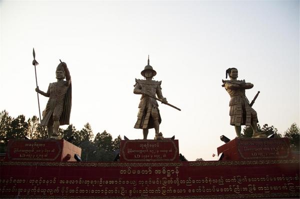 미얀마 삼군사관학교 정문의 미얀마 3대 영웅 동상. ©조용경