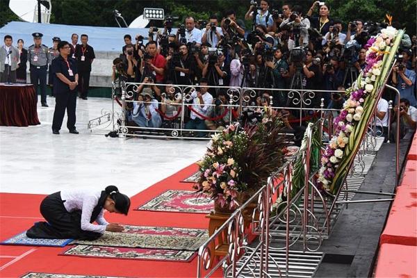 집권 후 아웅산 장군의 묘소를 참배하는 아웅산 수치 여사. ©조용경