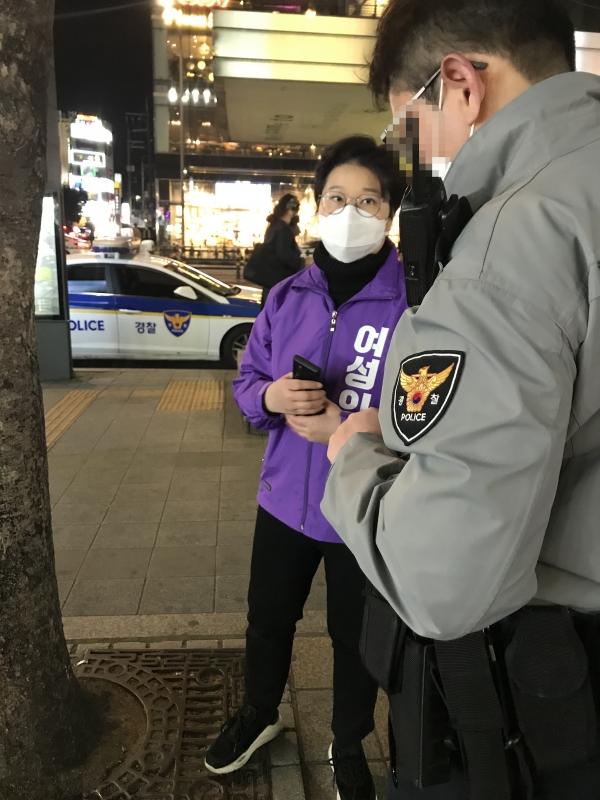 경찰 조사를 받고 있는 이지원 여성의당 비례대표 후보(1번). ⓒ여성의당 선거대책본부
