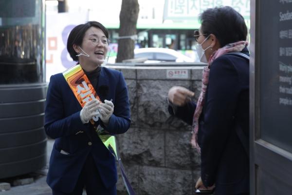 신지예 서대문갑 후보는 시민들과 인사를 나누고있다. ⓒ홍수형 기자