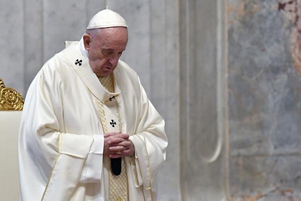 프란치스코 교황이 9일(현지시간) 바티칸 성베드로 대성당에서 부활절을 앞둔 성목요일 미사 중 기도하고 있다. 이날 미사는 소수의 성직자만이 참석한 가운데 열렸다. ©바티칸=AP/뉴시스
