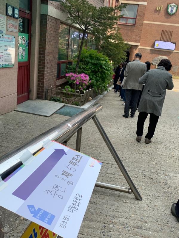 15일 오후 서울 서대문구 미동초등학교에서 국민들은 4.15총선 투표하기 위해 줄을 서 있다. ⓒ홍수형 기자