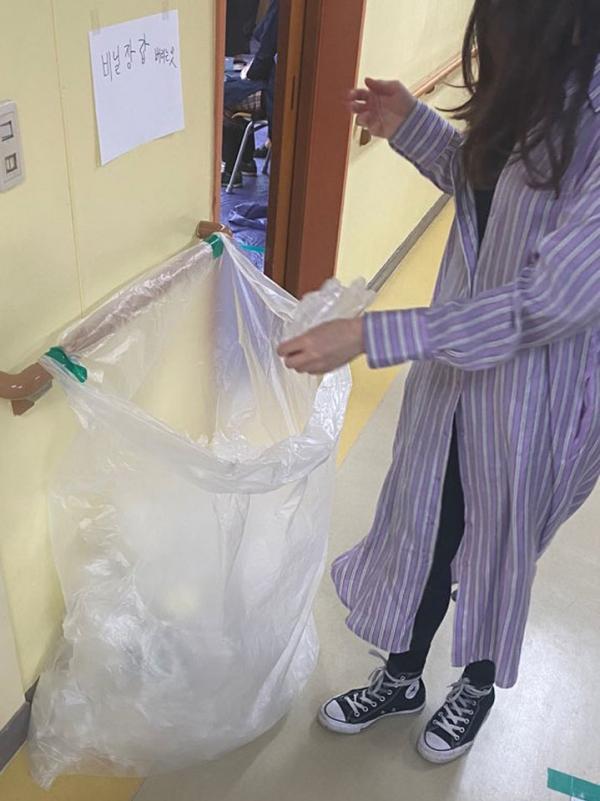 투표 후 비닐 장갑 버리는 시민 ⓒ홍수형 기자