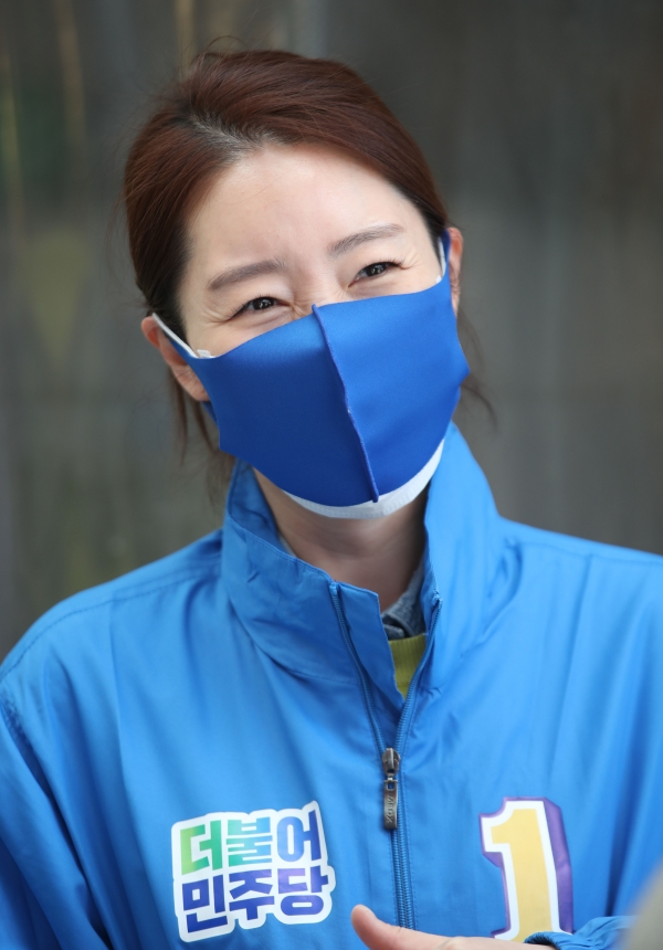 강선우 강서갑 더불어민주당 후보가 6일 오후 서울 강서구 까치산시장에서 선거유세를 하고 있다. ⓒ뉴시스·여성신문