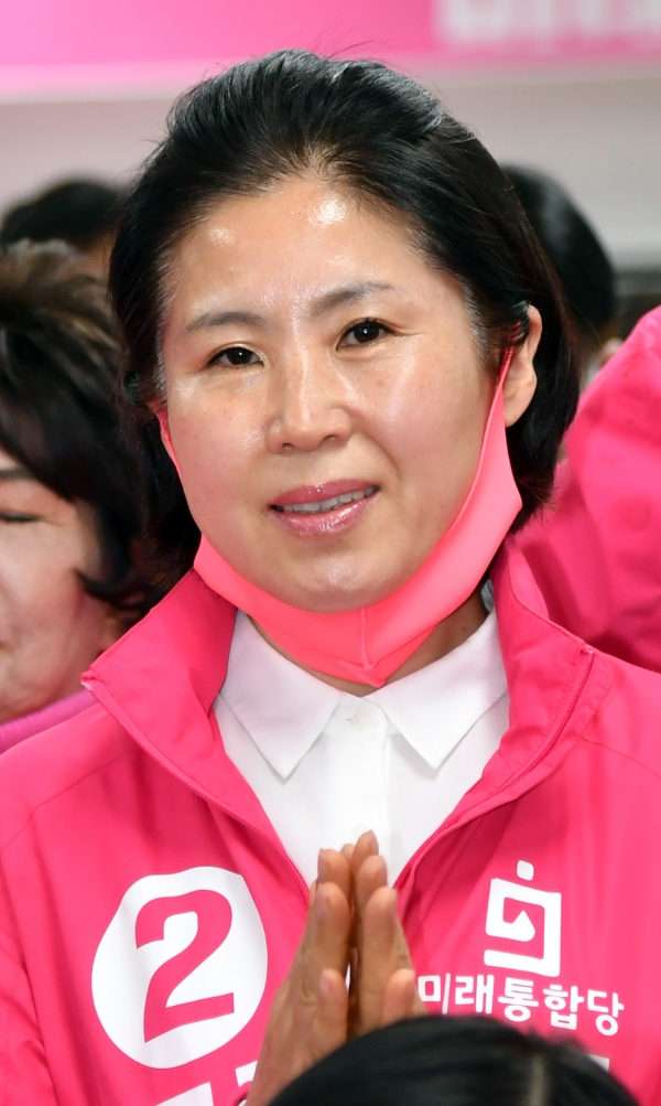 제21대 국회의원 선거일인 15일 오후 부산 수영구 미래통합당 부산시당에서 해운대구을 김미애 후보가 방송사 출구조사 결과가 발표되자 박수치고 있다ⓒ 뉴시스·여성신문