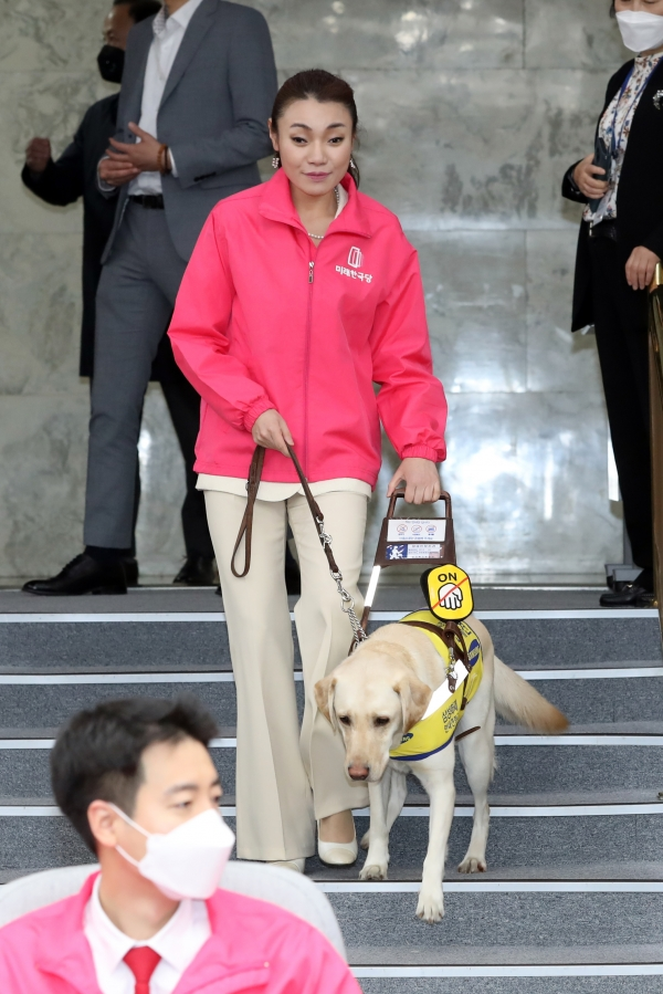 김예지 미래한국당 국회의원 당선인이 안내견 '조이'와 함께 걷고 있다. ⓒ뉴시스.여성신문