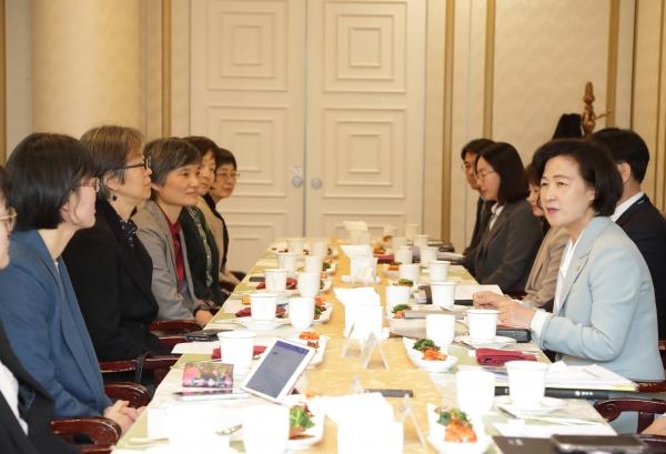 추미애 법무부 장관(오른쪽)이 2일 정부과천청사에서 개최된 '디지털 성범죄 근절을 위한 간담회'에서 참석한 여성계 대표들과 대화를 나누고 있다.  사진=법무부