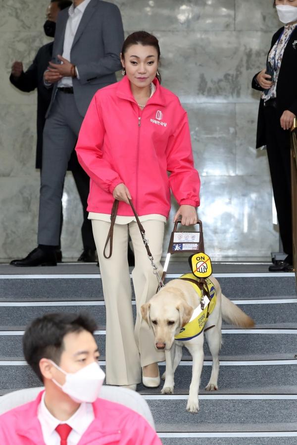 김예지 미래한국당 국회의원 당선인이 안내견 '조이'와 함께 걷고 있다.
