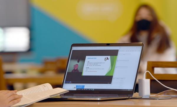 코로나19 여파로 대학들이 온라인으로 강의를 대신하고 있는 가운데 4월 16일 광주 남구 광주대학교 도서관에서 학생들이 노트북 등을 이용해 강의를 듣고 있다. ©뉴시스·여성신문