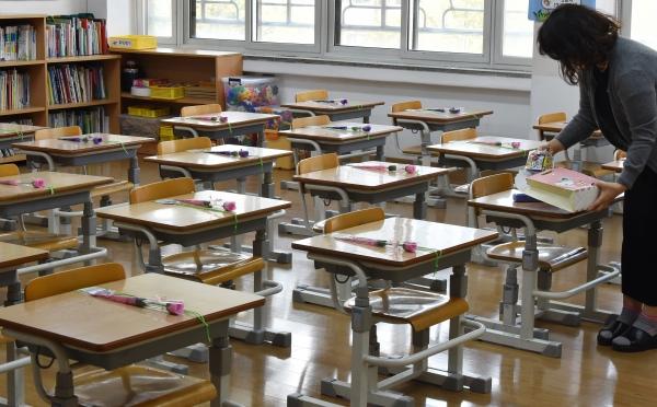 온라인으로 개학한 4월 20일 오전 텅 빈 1학년 교실 책상마다 한송이 꽃이 놓여져 있다.  ©뉴시스·여성신문