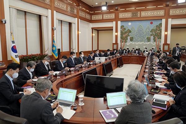 문재인 대통령이 28일 청와대에서 열린 국무회의를 주재하고 있다. ⓒ뉴시스·여성신문
