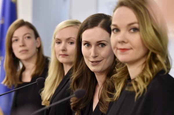 리 안데르손(32) 핀란드 신임 교육장관, 마리아 오히살로(34) 내무장관, 산나 마린(34) 총리, 카트리 쿨무니(32) 부총리 겸 재무장관(왼쪽부터)이 지난해 12월 10일(현지 시각) 핀란드 의회에서 공식 임명된 후 기자회견을 하는 모습. 산나 마린 총리는 전체 19명의 장관 중 12명을 여성으로 임명했다.©AP/뉴시스