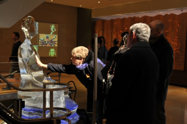 미국 뉴욕에서 열린 아시아 현대미술주간(ACAW) 전시에서 미술관 1층에 설치한 '아이스 부다'를 관람객들이 만져보고 있다. 김아타 작가는 일주일 동안 아이스 부다의 형상이 해체되는 모습을 영상으로 찍었다. ©김아타