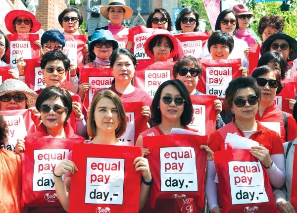 전문직여성(Business & Professional Women, BPW) 한국연맹 회원들이 2016년 5월 21일 서울 중구 명동거리에서 이퀄페이데이 캠페인 '빨간 가방을 채워주세요' 캠페인을 진행했다. ⓒ이정실 여성신문 사진기자