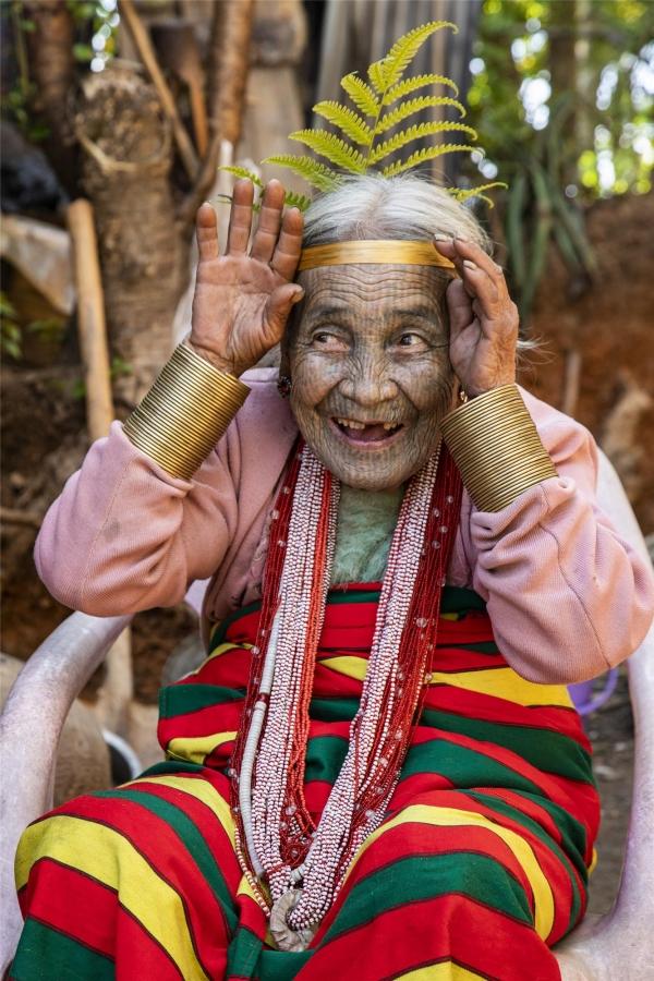 '미소 할머니'라는 별명을 지닌 94세의 나이꿰 할머니. 문신을 하지 않으면 나중에 얼굴이 미워지고, 결혼도 할 수 없다는 어른들의 설득에 의해 12살 때 처음 문신을 했다. ©조용경