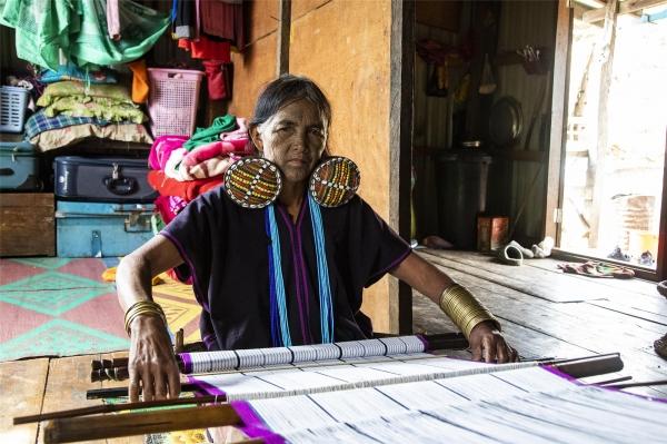 까늑 족인 70세 도 흘루마나 할머니도 12살 때 얼굴에 문신을 했다. ©조용경
