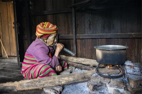 국을 끓이기 위해 파이프를 불어 불을 피우는 도 흐누마나 할머니. 14살 때 주변 여자들이 다 문신을 해서 당연히 해야 한다고 했지만 문신을 할 때는 엄청난 공포를 느꼈다고 했다. ©조용경