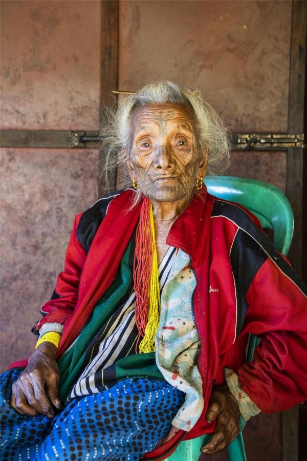 121세 쉐 영 할머니. 어른들이 문신을 하지 않으면 결혼을 할 수 없다고 해서 16세에 얼굴에 문신을 받아야 했다. ©조용경