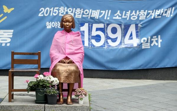 10일 오후 서울 종로구 옛 일본대사관 앞에 설치된 평화의 소녀상. ⓒ뉴시스·여성신문