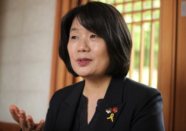 11일 오후 서울 은평구 진관사에서 윤미향 더불어민주당 당선자는 앞으로 계획에 대해 진지하게 대답하고 있다. ⓒ홍수형 기자