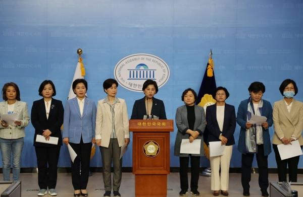 남인순 의원을 포함한 21대 국회 더불어민주당과 더불어시민당 여성 당선인들이 12일 국회 소통관에서 기자회견을 열었다. ⓒ뉴시스·여성신문
