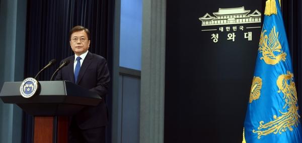문재인 대통령이 지난 10일 청와대 춘추관 대브리핑실에서 대통령 취임 3주년 특별연설을 하고 있다.