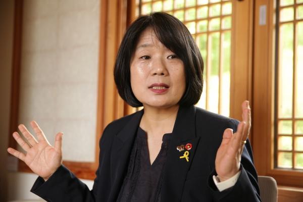 11일 오후 서울 은평구 진관사에서 윤미향 더불어시민당 당선자는 앞으로 계획에 대해 진지하게 대답하고 있다.