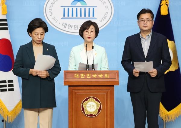 14일 국회 소통관에서 남인순(왼쪽부터) 의원, 김상희 의원, 홍익표 의원이 윤미향 당선인 논란과 관련해 민주당 의원과 당선인 16명의 단체 성명을 발표했다. ⓒ뉴시스·여성신문