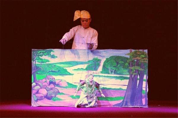 양곤 커러웨익 극장식당의 요욱떼 공연. ©조용경