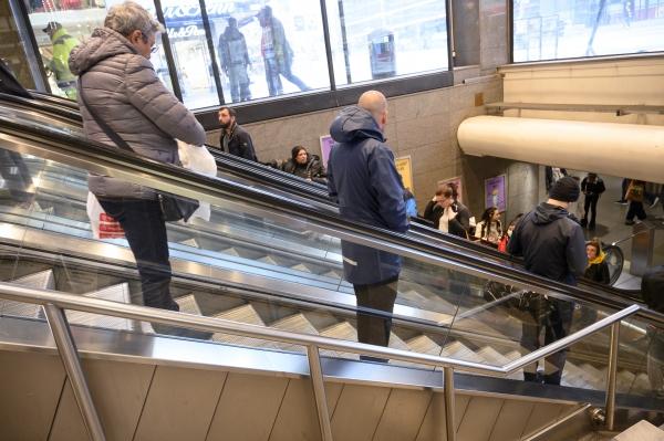 5월 12일(현지시간) 스웨덴 스톡홀름 중심부의 한 쇼핑센터에서 손님들이 코로나19 확산 예방을 위한 사회적 거리 두기 실천을 위해 일정 거리를 두고 승강기를 이용하고 있다. ©스톡홀름=AP/뉴시스