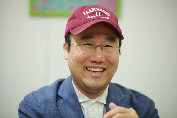 8일 오후 서울 서대문구 여성신문에서 원형준 바이올리니스트는 명지병원에서 환자들을 위한 공연에 대해 잊지 못할 순간을 웃으며 대답하고 있다. ⓒ홍수형 기자