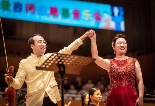 원형준(왼쪽) 바이올리니스트와 북한 소프라노 김송미. ⓒ린덴바움