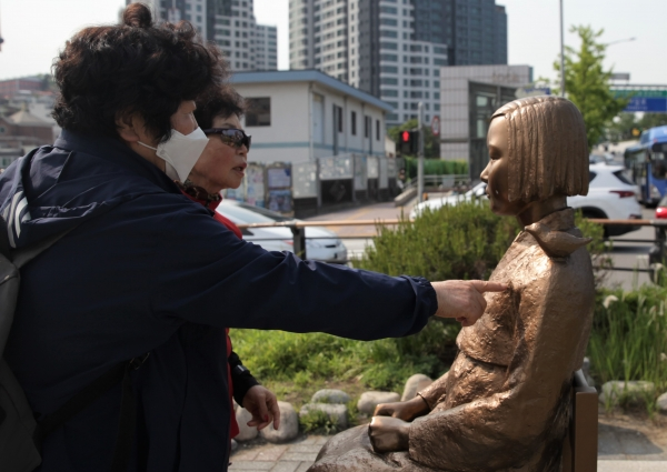 21일 오후 서울 동작구 평화의 소녀상이 훼손된 모습을 어르신들이 속상해하며 어루 만지고 있다. ⓒ홍수형 기자